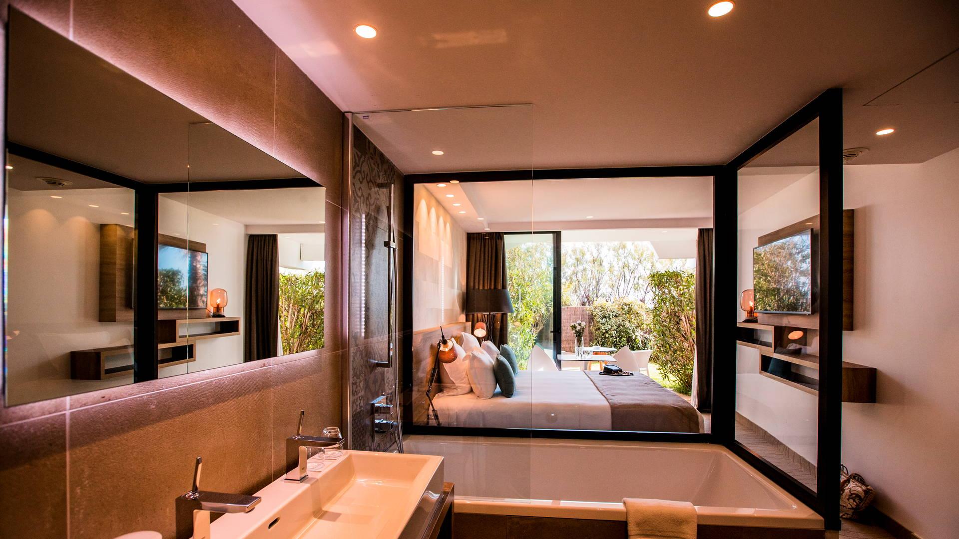 La chambre classique est une véritable bulle de sérénité propice à la relaxation avec terrasse et jardin privatif, Hôtel de Charme bord de mer, Hôtel La Plage.