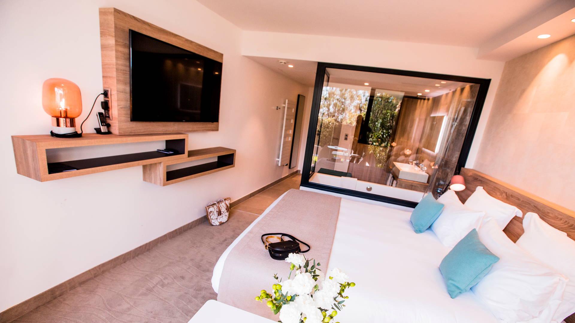 Chambre lumineuse et originale avec baignoire vitrée dans la chambre avec terrasse, hôtel de charme bord de mer, Hôtel La Plage.