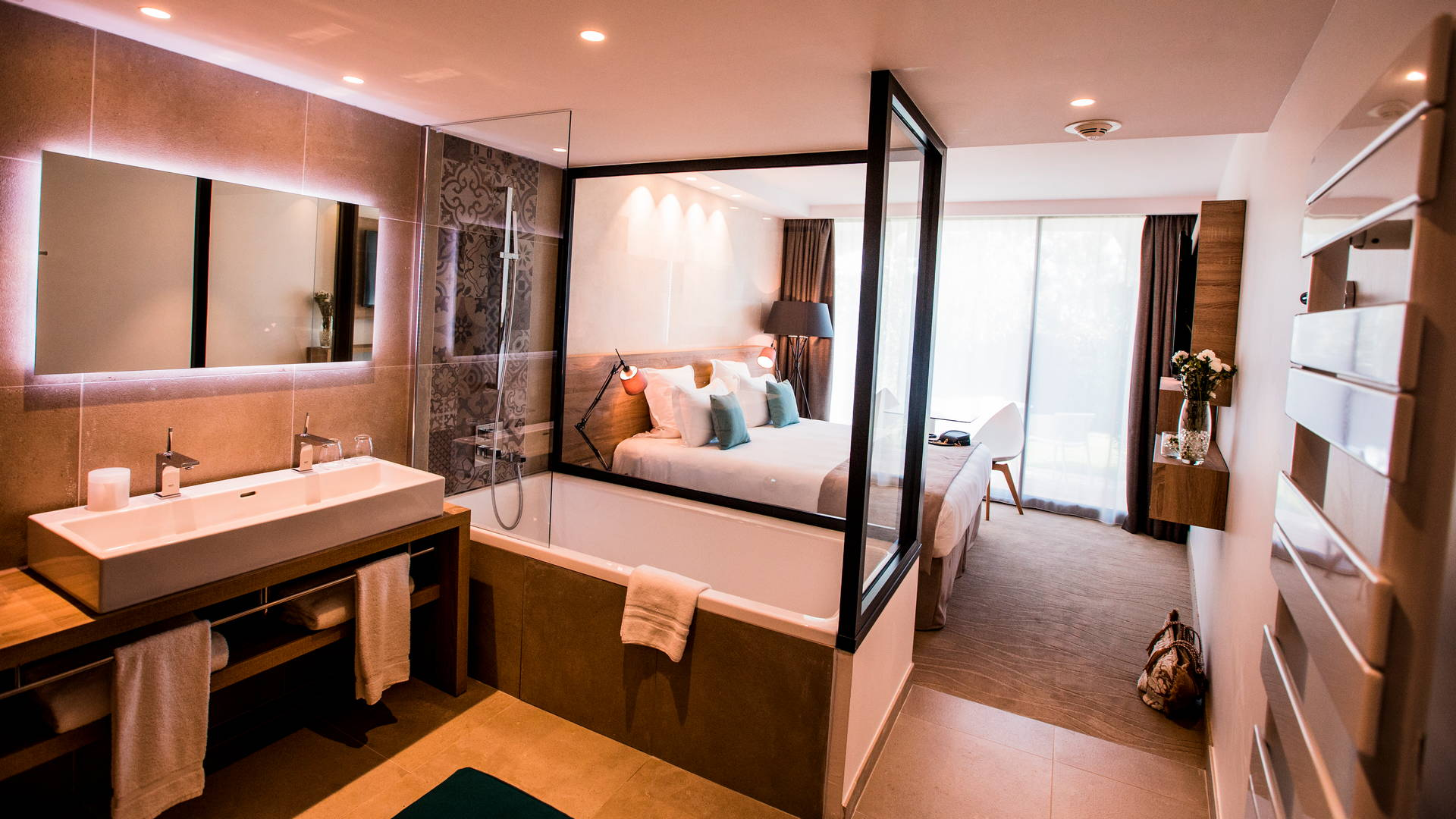 Chambre classique avec salle de bain dans la même pièce que la chambre, hôtel de charme bord de mer, Hôtel La Plage.