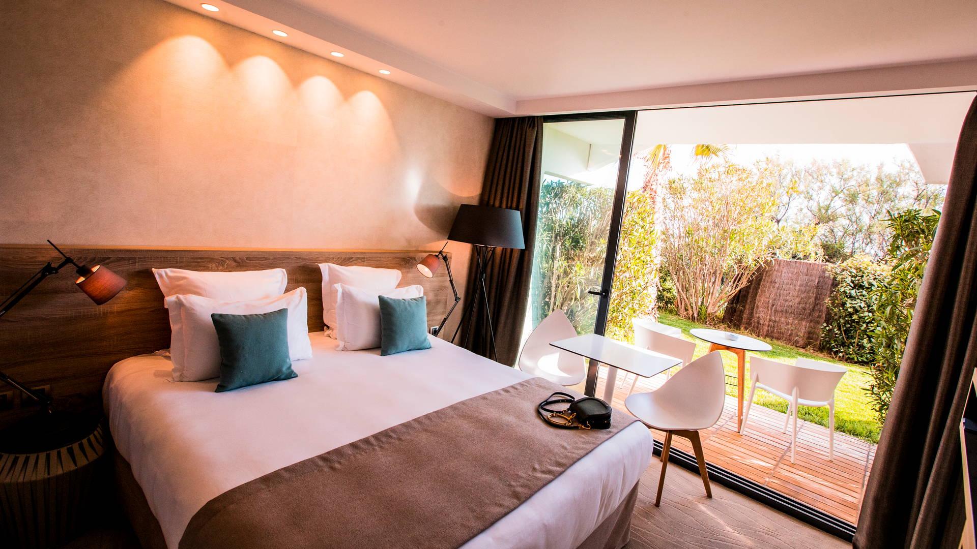Jardin privé de notre chambre classique avec lit double, hôtel de charme bord de mer, Hôtel La Plage.