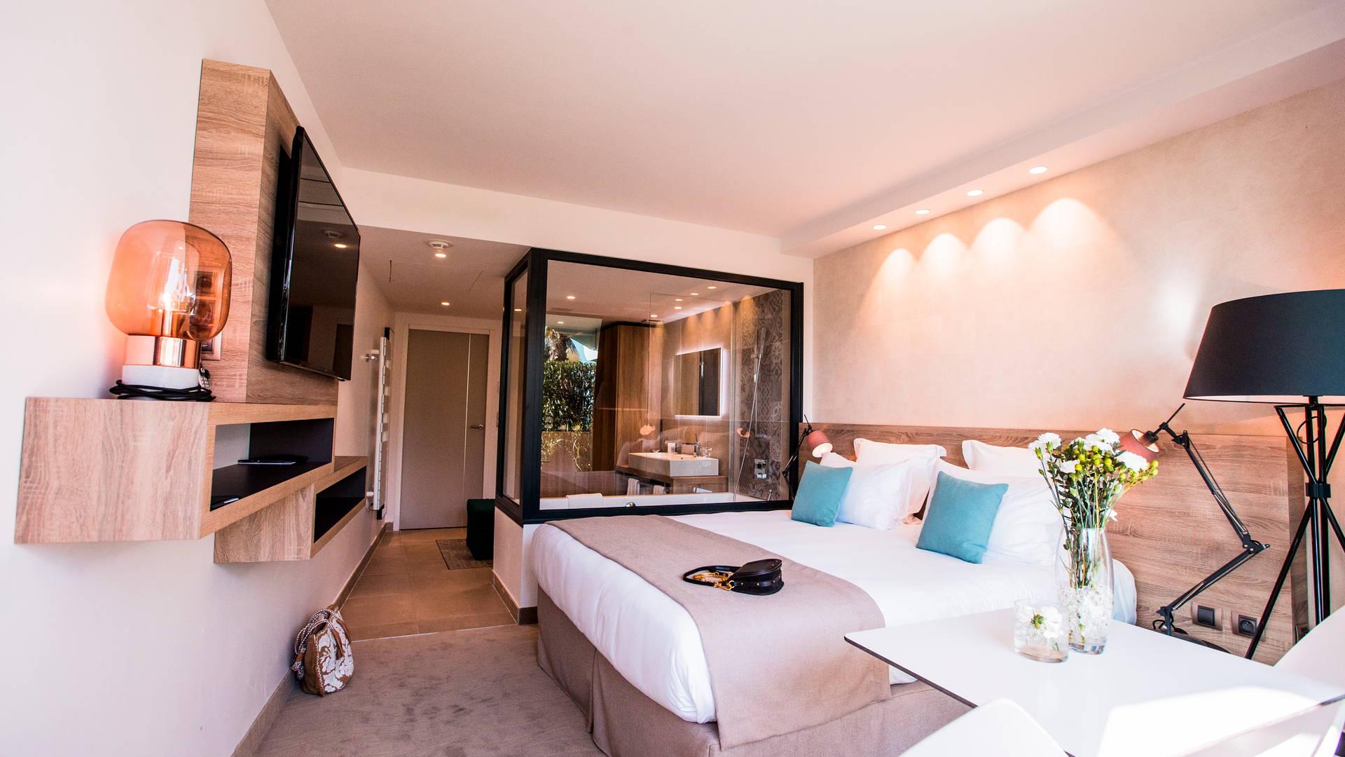 Chambre classique moderne et bien équipée, hôtel de charme bord de mer, Hôtel La Plage.