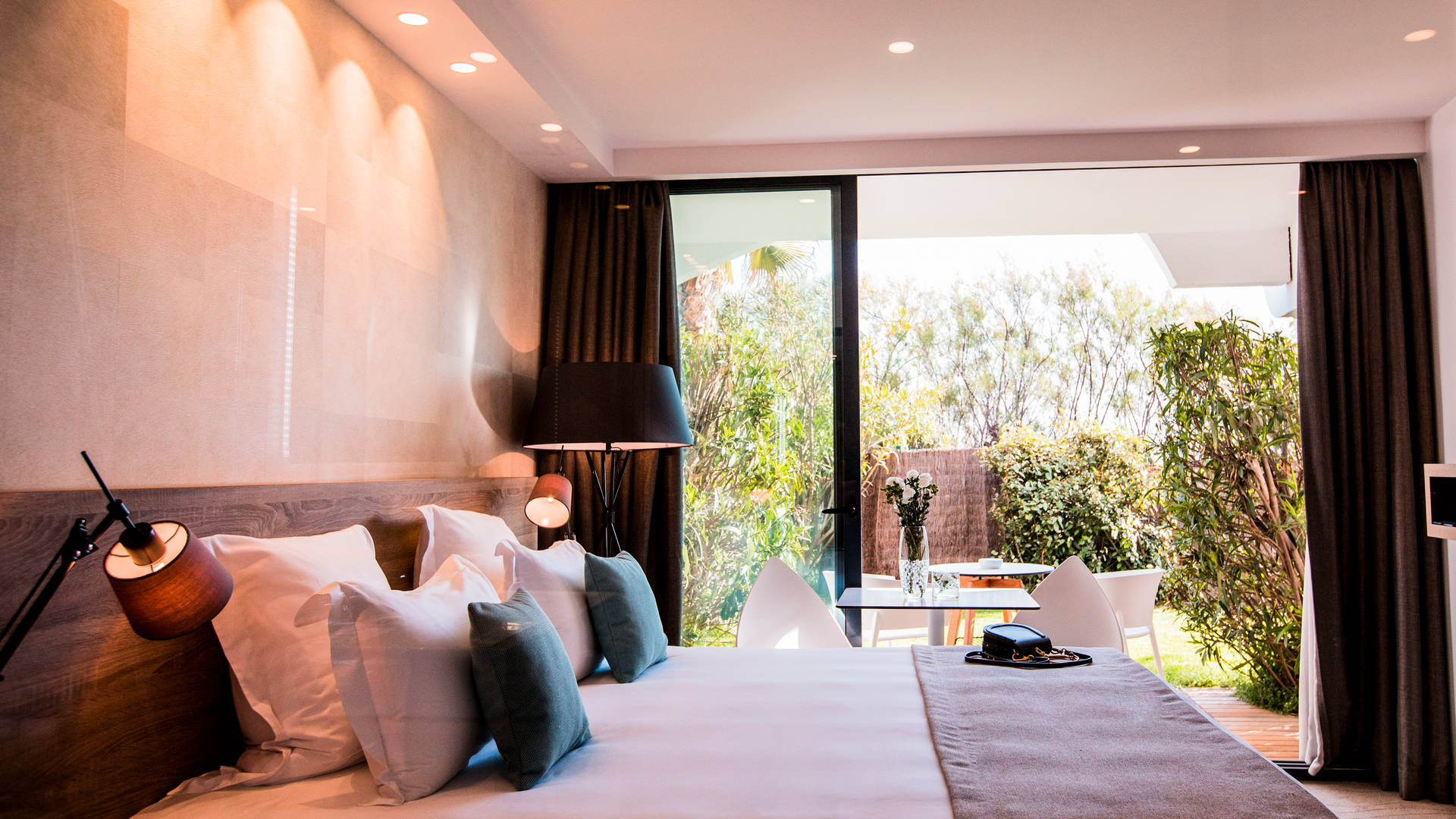 Chambre classique propice à la relaxation avec son jardin paisible et privé, hôtel de charme bord de mer, Hôtel La Plage.