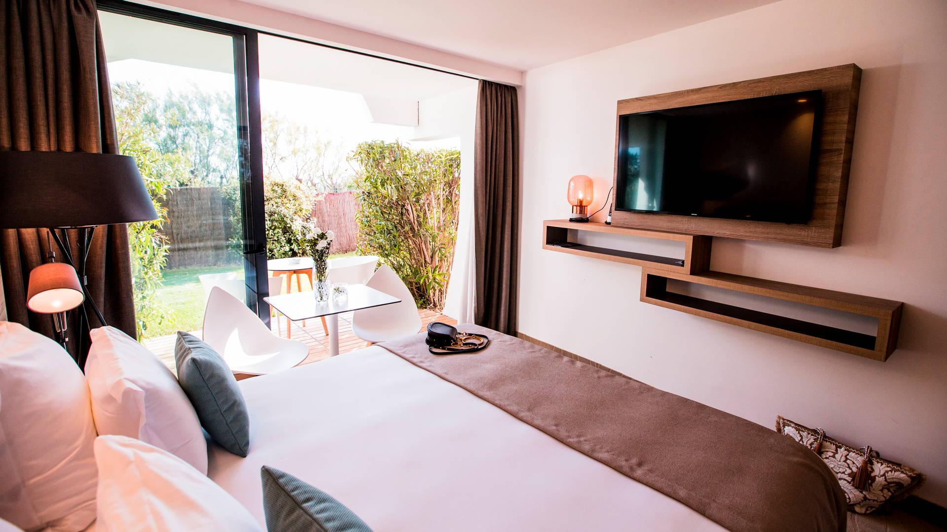 Chambre classique avec télévision, lit double et jardin privé, hôtel de charme bord de mer, Hôtel La Plage.