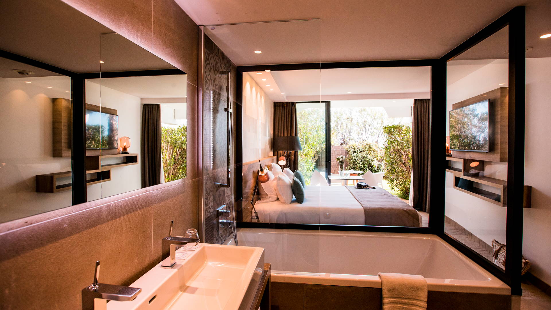 Chambre classique avec jardin privatif et terrasse ainsi qu'une baignoire vitrée dans la chambre, hôtel de charme bord de mer, Hôtel La Plage.