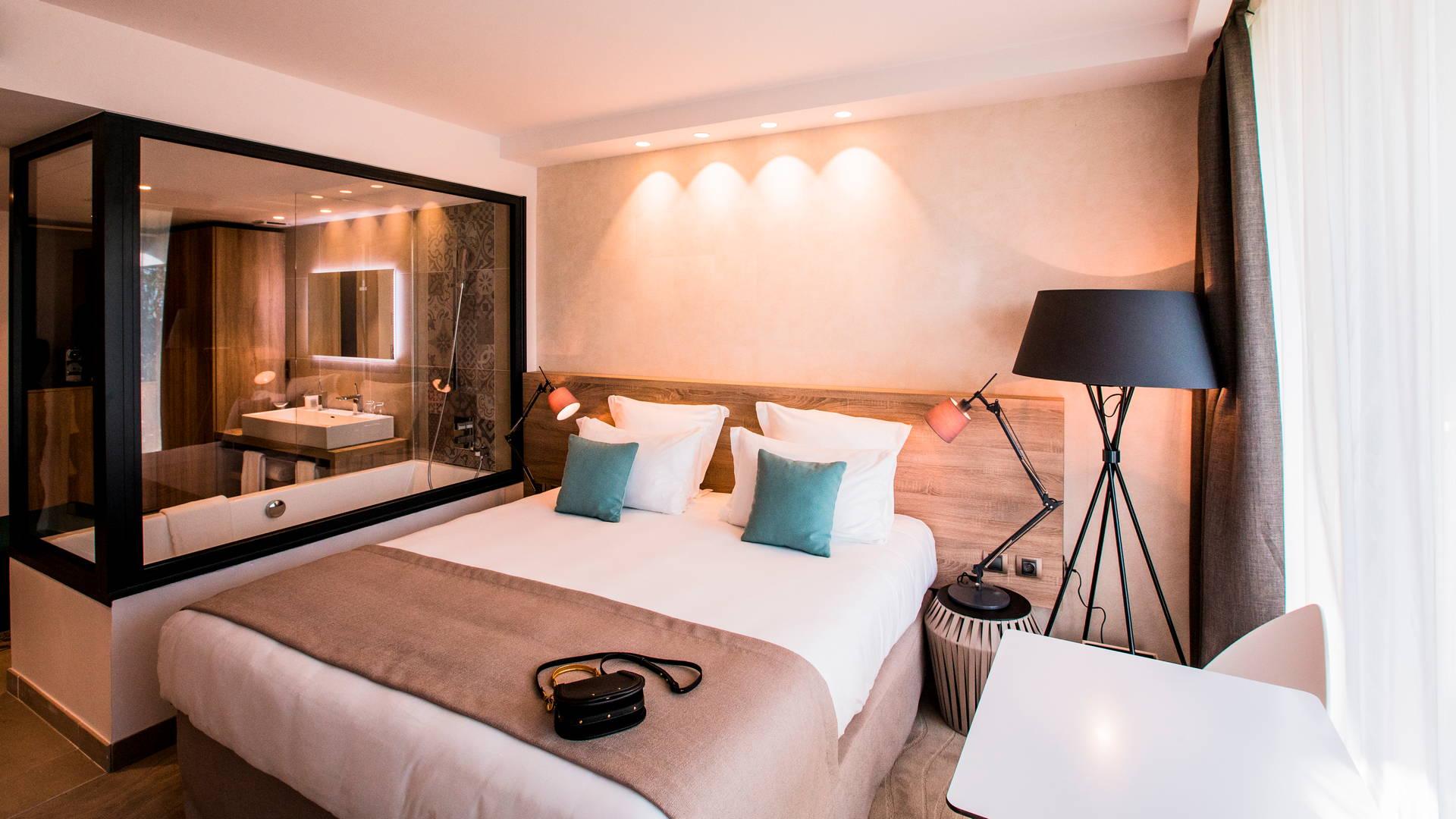 Chambre Deluxe dispose de larges baient offrant une vue imprenable sur la Méditerranée, Hôtel La Plage.