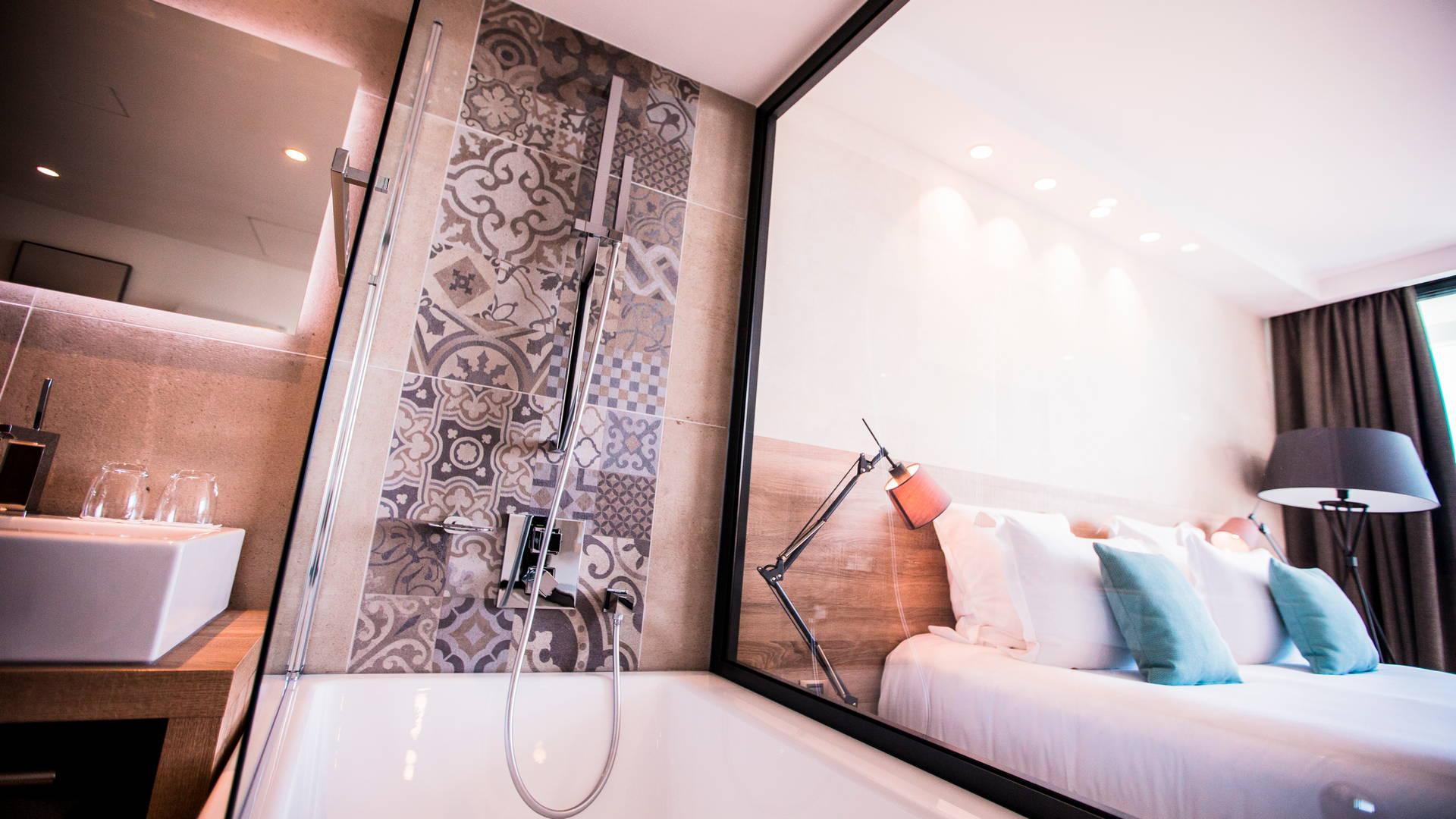 Chambre Deluxe et sa baignoire vitrée dans la chambre, hôtel 5 étoiles bord de mer, Hôtel La Plage.