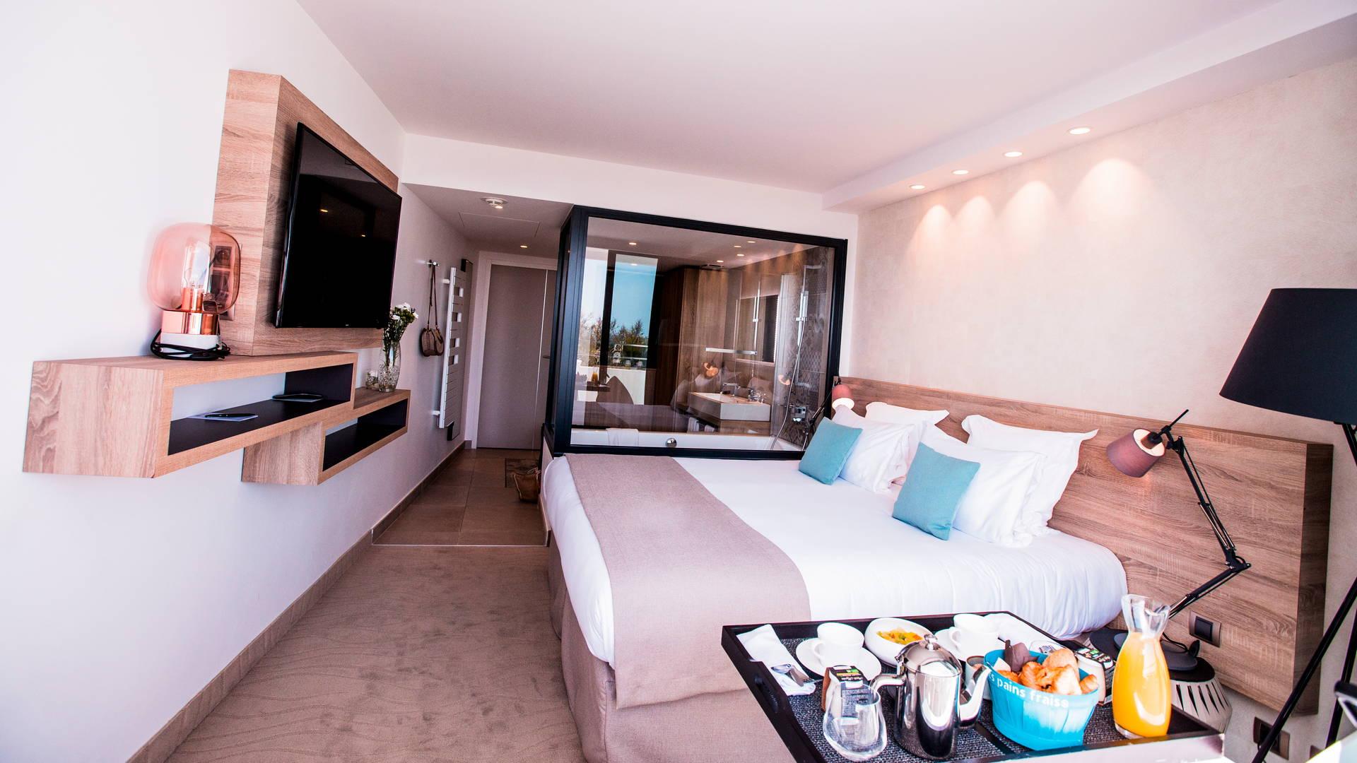 Petit-déjeuner en room service dans la chambre Deluxe avec vue sur la mer, hôtel 5 étoiles bord de mer, Hôtel La Plage.