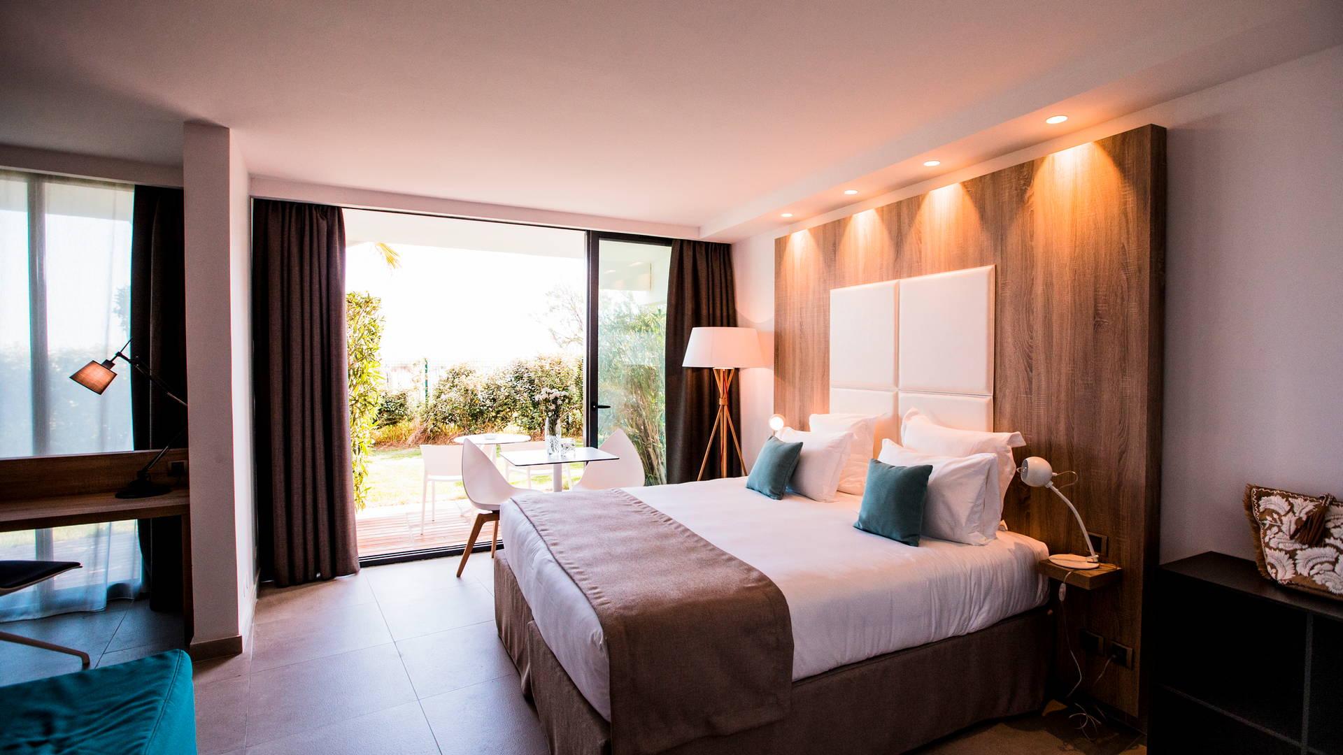 Chambre classique Famille spacieuse et lumineuse situé en rez-de-chaussée avec jardin privatif et lit double, hôtel piscine bord de mer, Hôtel La Plage.