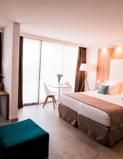 Chambre classique famille avec lit double et jardin privatif ainsi qu'une grande douche à l'italienne, hôtel piscine bord de mer, Hôtel La Plage.