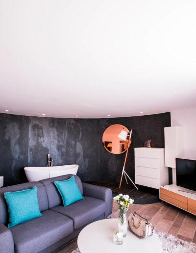 Salon de la Suite La plage bien équipé et moderne avec vue sur la mer, hotel bord de mer méditerranée, Suite La Plage avec lit double et balcon donnant sur la mer, hotel bord de mer Méditerranée, Hôtel La Plage.