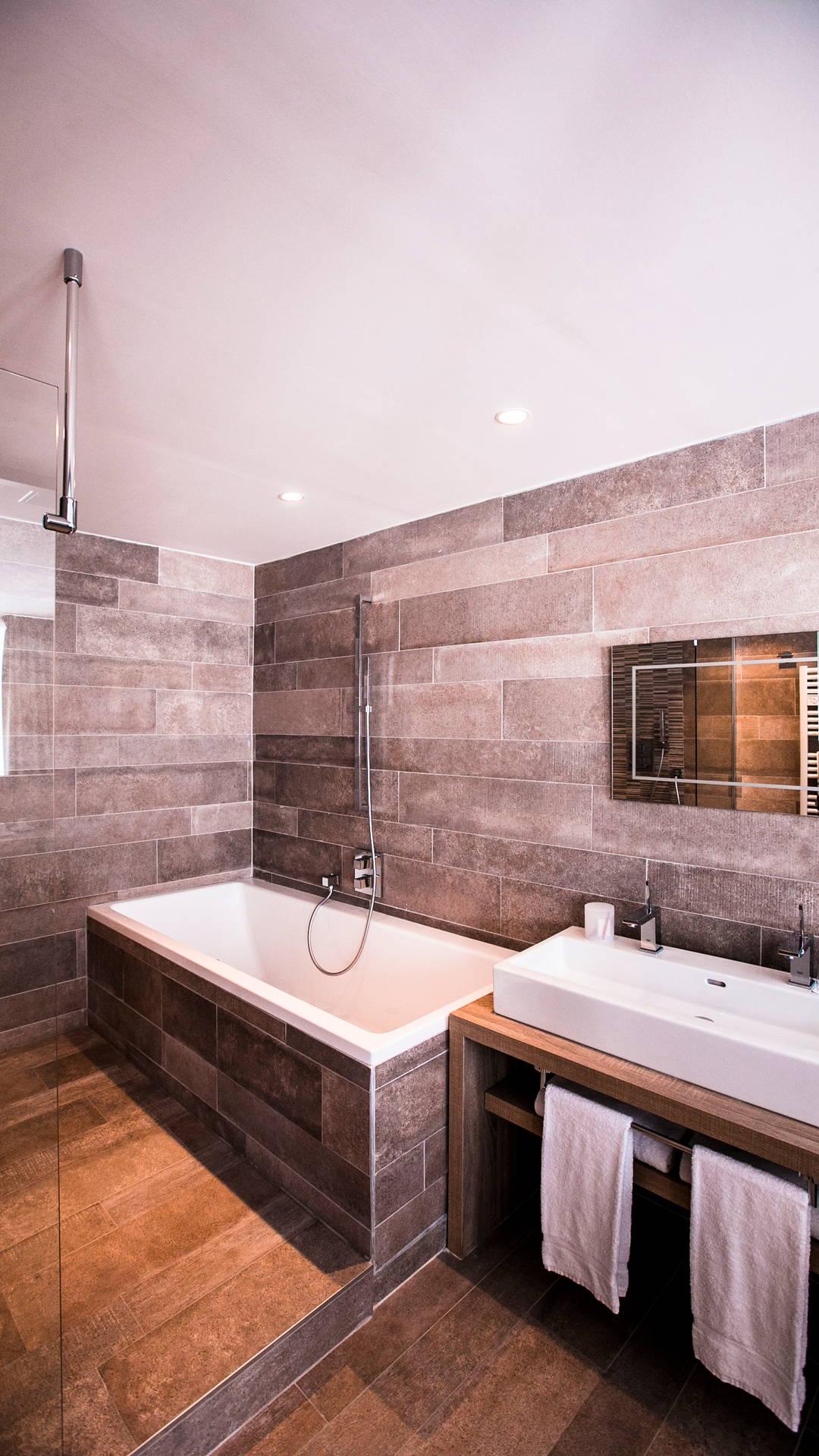 Salle de bain avec baignoire, serviettes et vasque pour deux personnes, hotel vue sur mer, Hôtel La Plage.