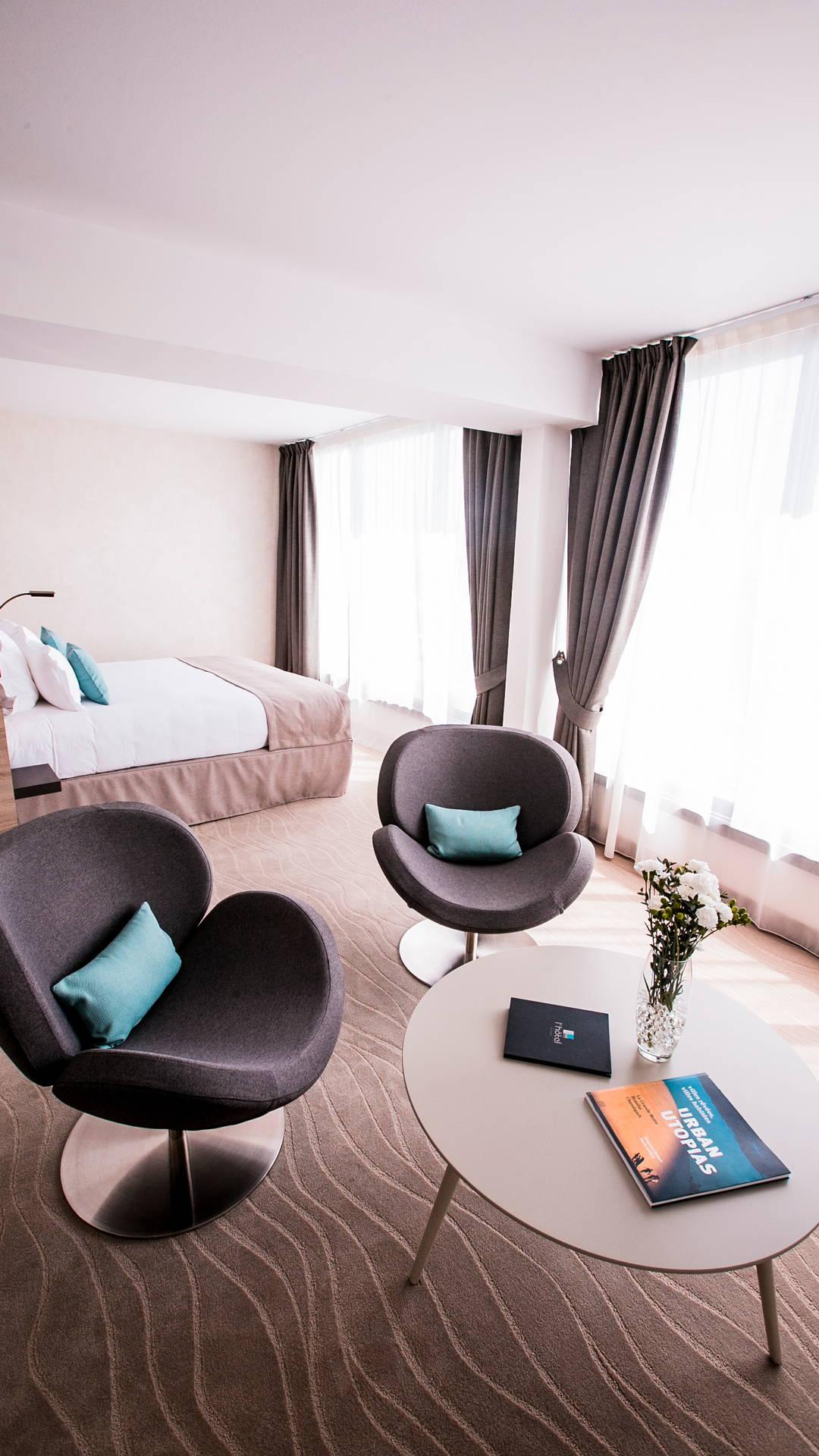 Petit coin salon avec deux fauteuils de la suite privilège, hotel vue sur la mer, Hôtel La Plage.