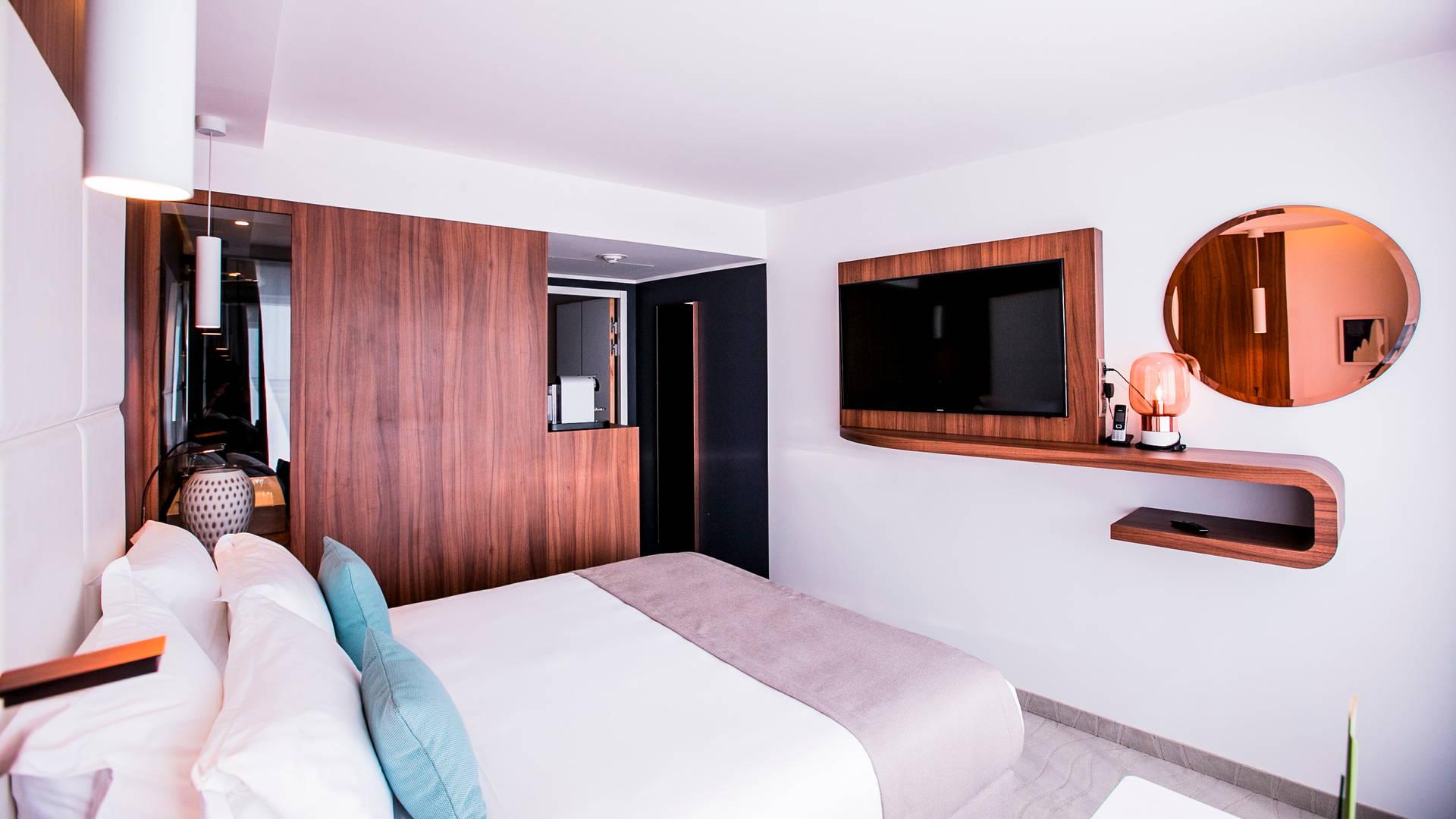 Chambre bien équipée avec télévision, miroir, lit double et salle de bain, Hôtel 5 étoiles la grande motte, Hôtel La Plage.