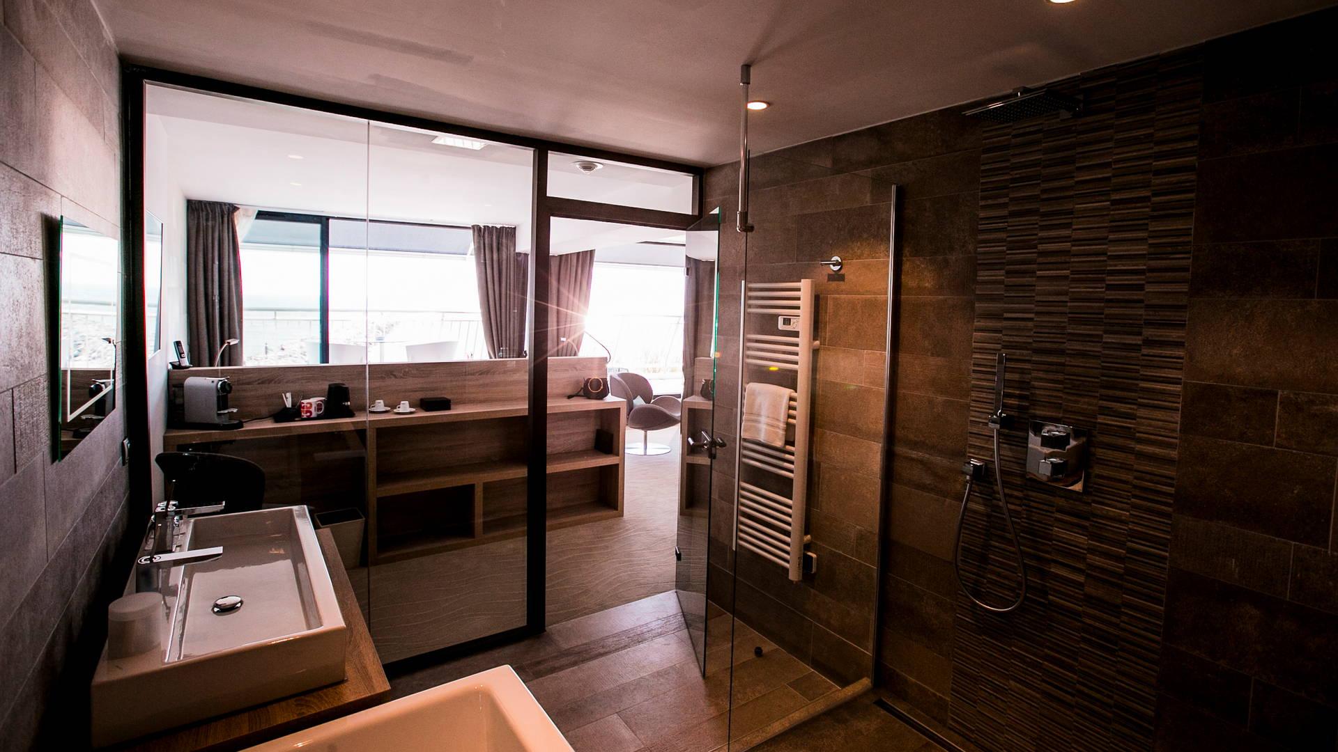 Suite Privilège située au 2ème étage avec vue panoramique et douche et baignoire, hotel vue sur mer, Hôtel La Plage.
