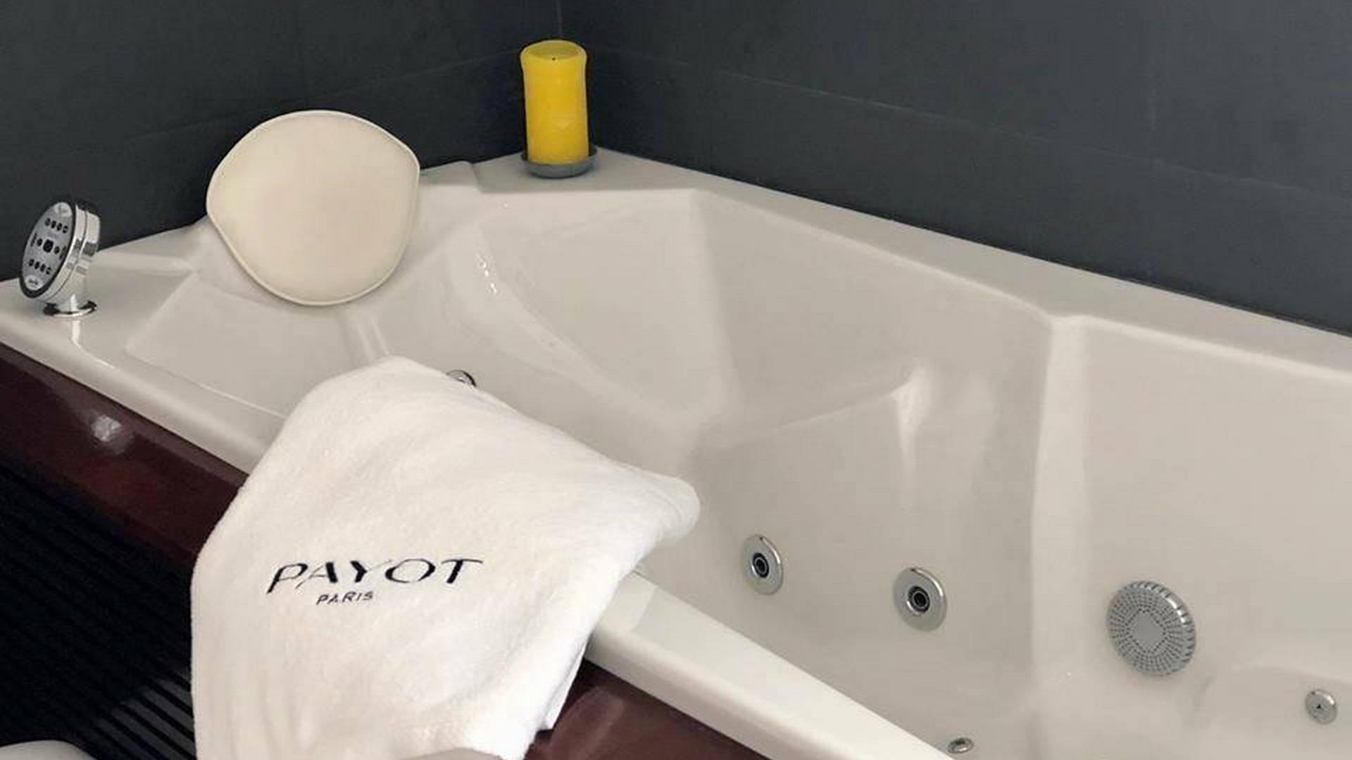 Baignoire de balnéothérapie confortable et relaxante, hôtel spa la grande motte, Hôtel La Plage.