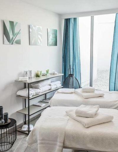 Salle de massage en duo avec baie vitrée donnant sur terrasse, hôtel spa la grande motte, Hôtel La Plage.