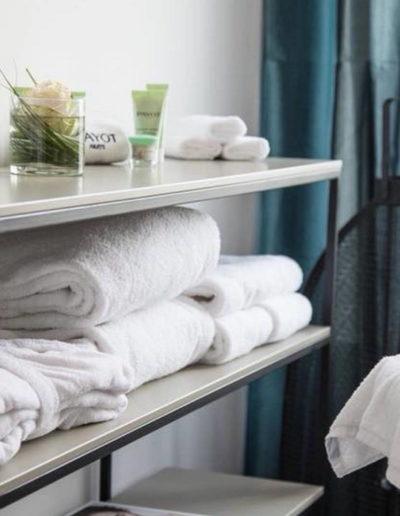 Produits pavots avec serviette mis à disposition, hôtel spa la grande motte, Hôtel La Plage.