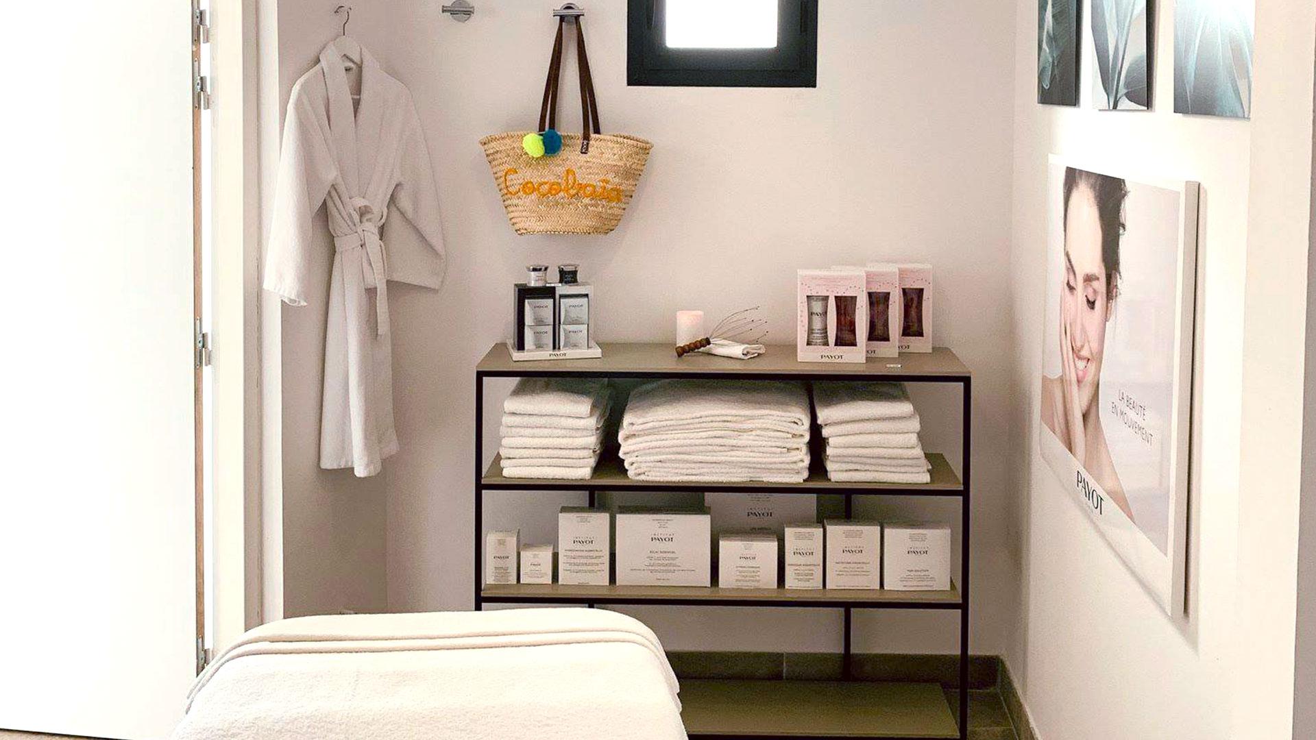 Spa avec cabine de massage bien équipée avec serviettes et produits de qualité, hôtel spa la grande motte, Hôtel La Plage.