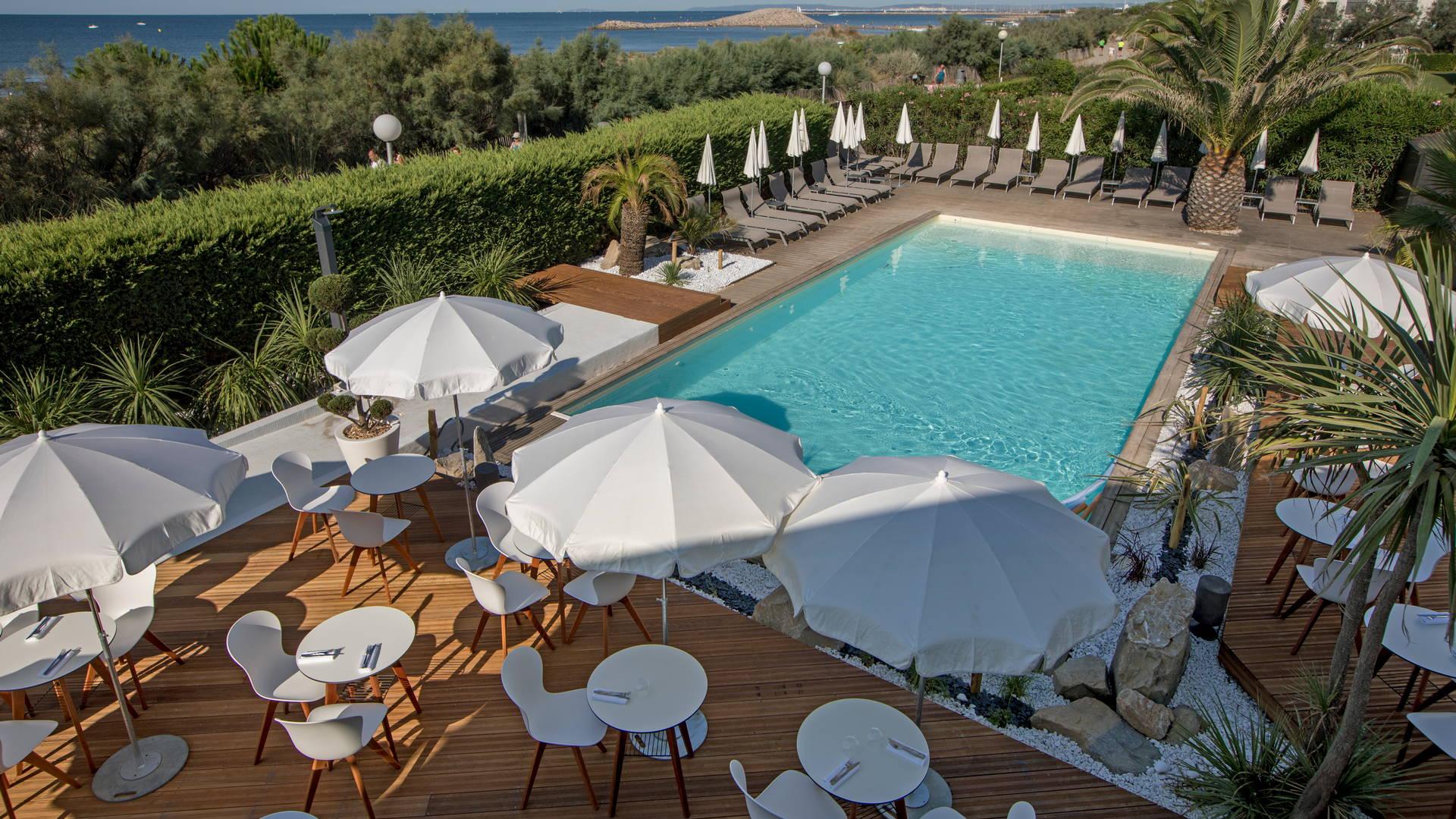 Hôtel avec piscine et terrasse au bord de la mer méditerranée, hôtel la grande motte bord de mer, Hôtel La Plage.