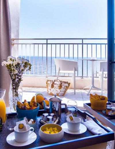 Petit-déjeuner en chambre avec vue sur le balcon et sur la mer Méditerranée, hôtel restaurant la grande motte, Hôtel La Plage.