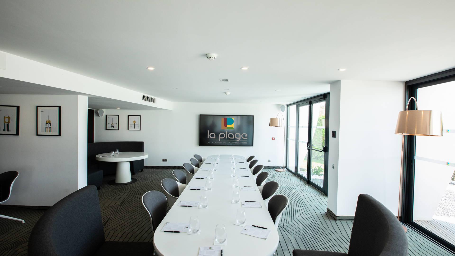 Salle de réunion avec table et grand écran tactile pour vos projections, séminaire la grande motte, Hôtel La Plage.