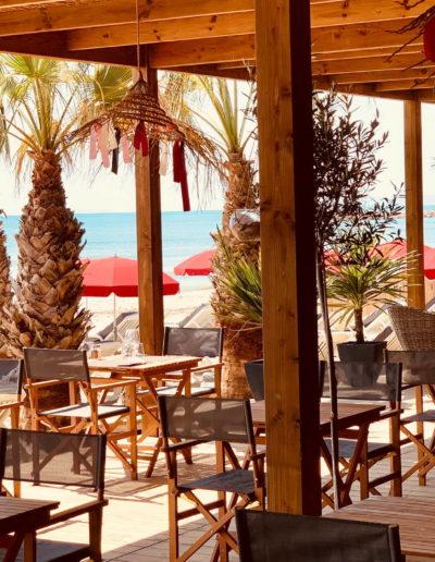 Terrasse de notre plage privée avec vue sur la mer et abrité sous une véranda en bois, plage privée la grande motte, Hôtel La Plage.