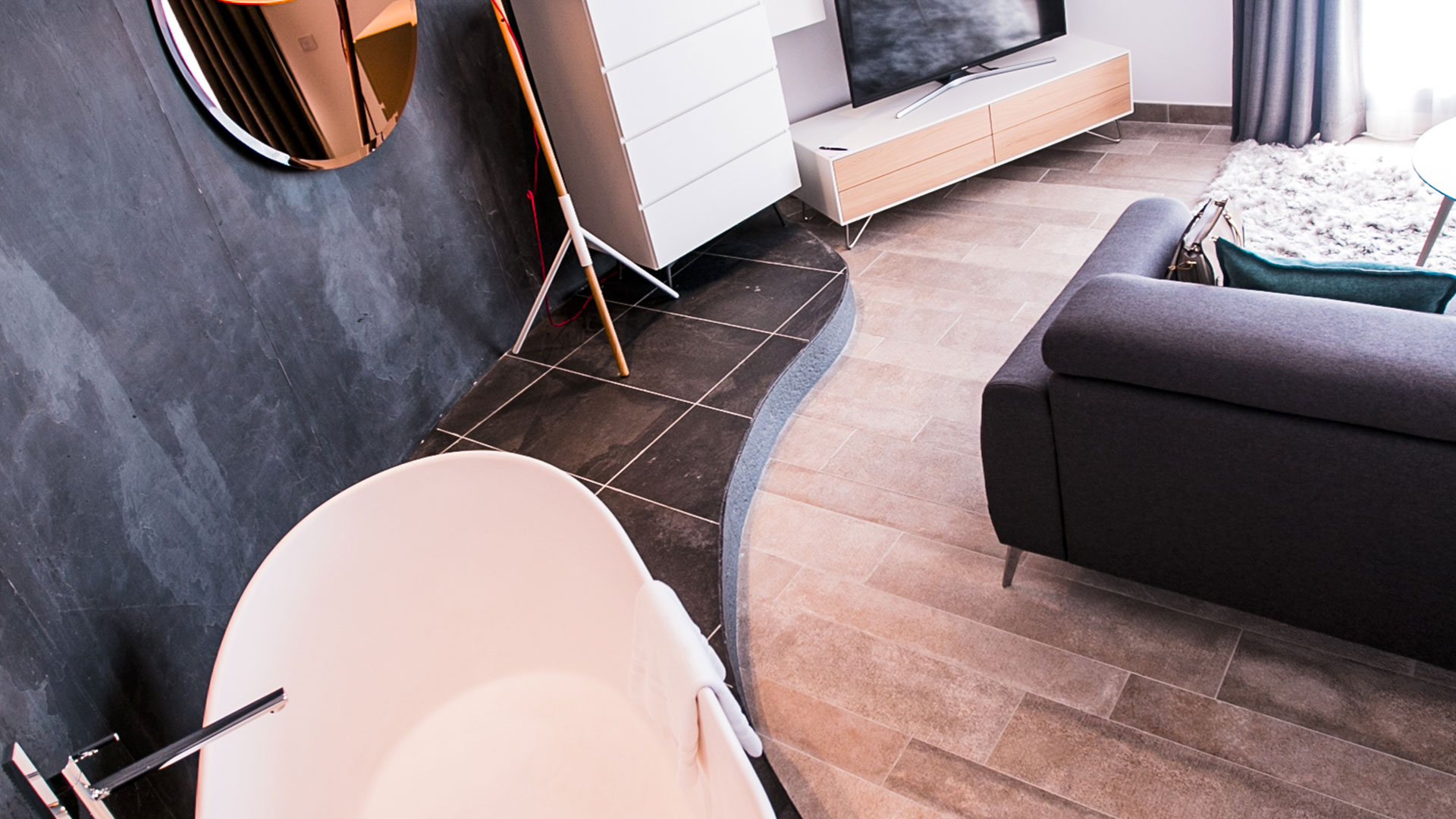 Suite La Plage avec baignoire vue mer, télévision et canapé à proximité, hôtel bord de mer méditerranée, Hôtel La Plage.