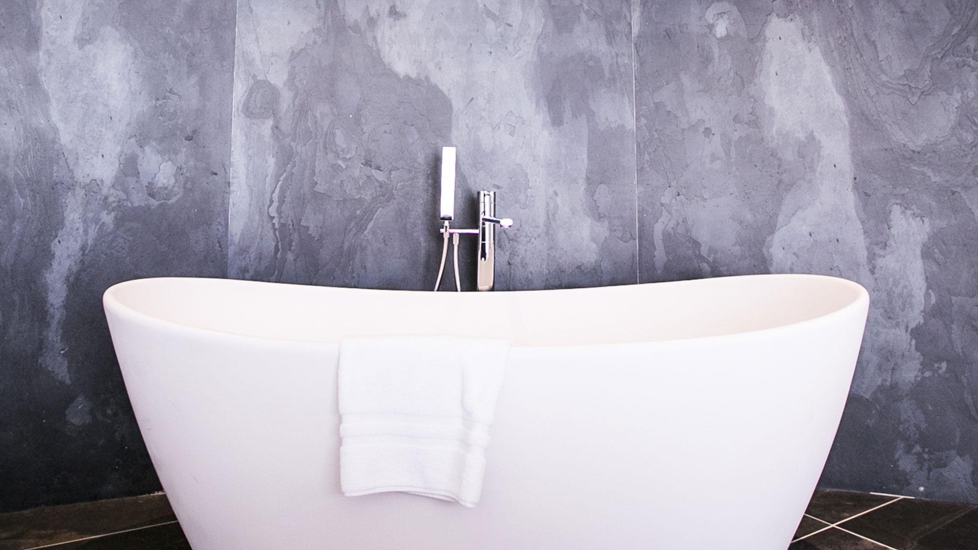 Suite La Plage et sa magnifique baignoire dans le salon de la chambre avec vue mer, hôtel bord de mer méditerranée, Hôtel La Plage.