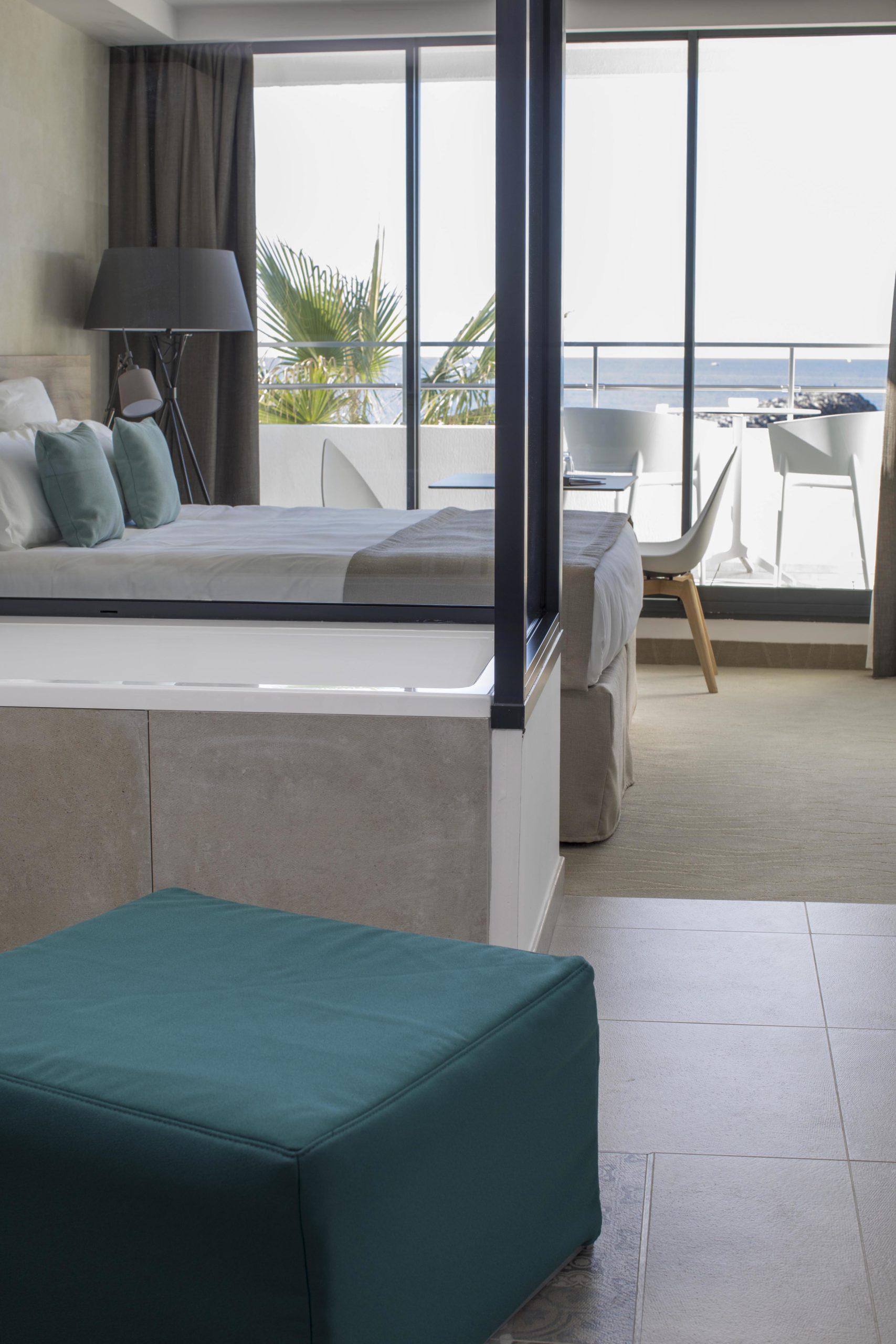 Chambre Deluxe très lumineuse avec des espaces conçus pour ne jamais perdre de vue la mer, hôtel 5 étoiles bord de mer, Hôtel La Plage.