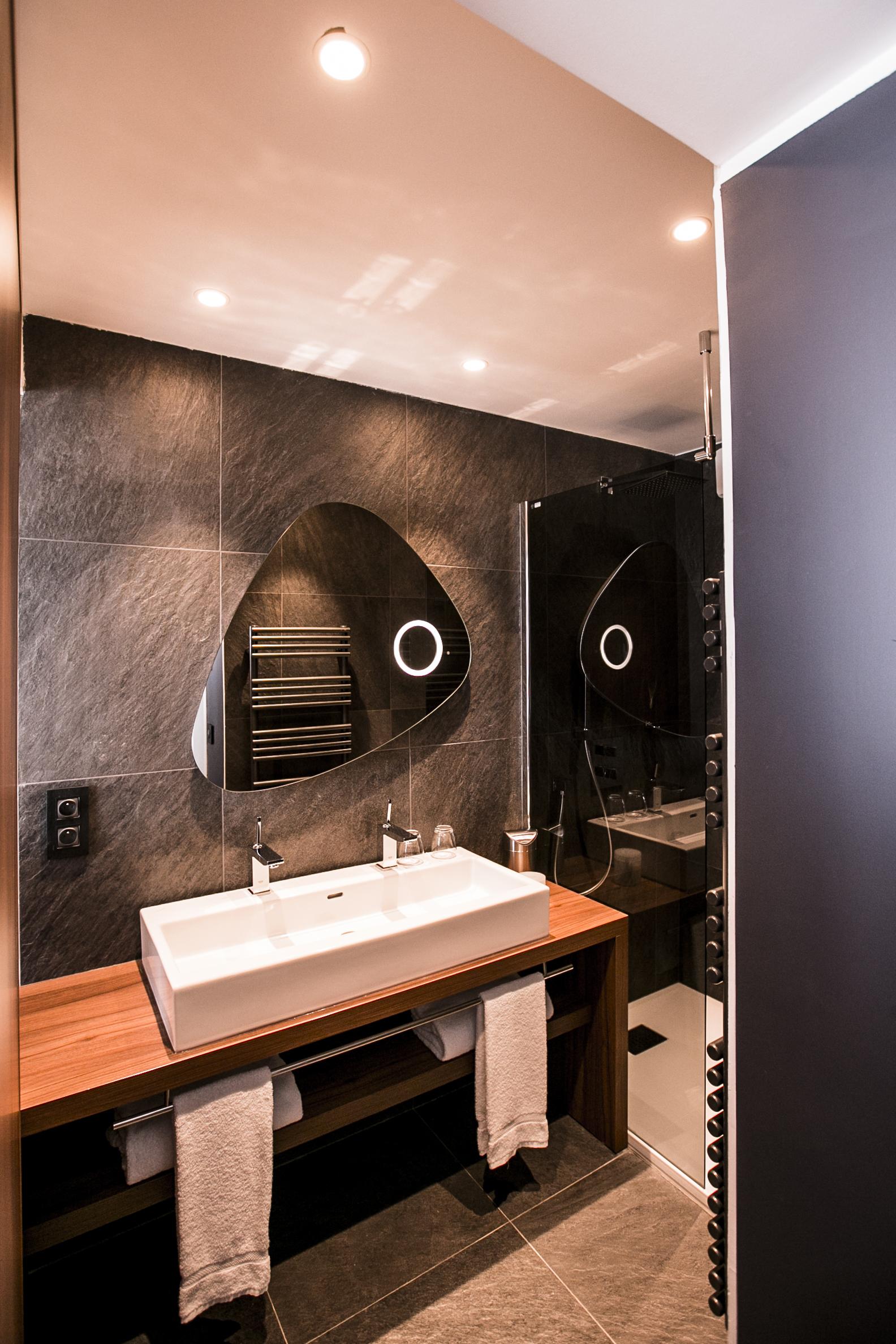 Salle de bain moderne et design avec douche, hotel plage méditerranée, Hôtel La Plage.