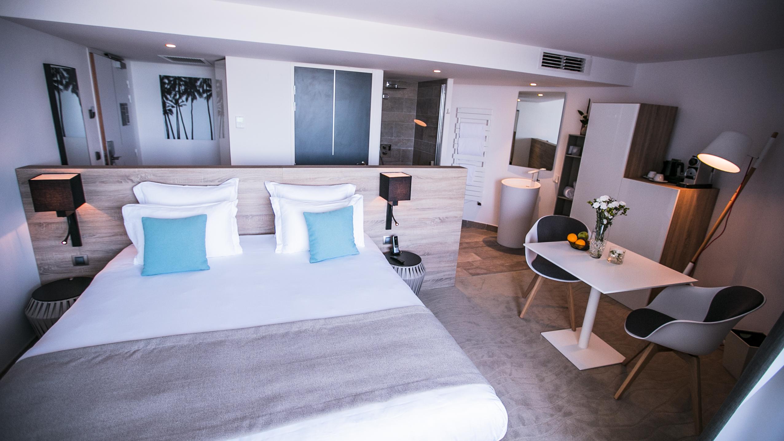 Chambre bien équipée avec lit double et salle de bain avec douche à l'italienne, hôtel de charme bord de mer, Hôtel La Plage.