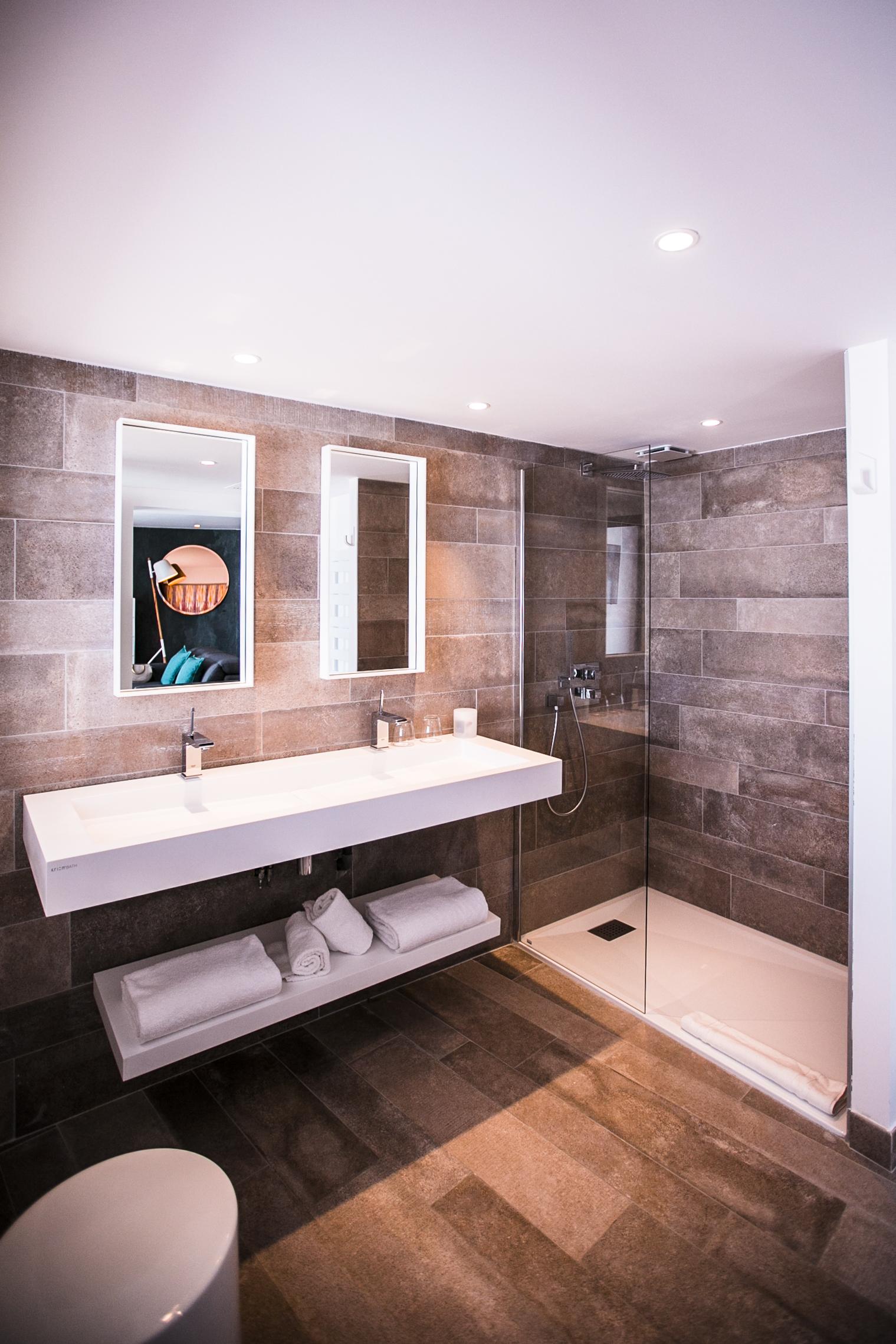 Salle de bain avec douche à l'italienne, deux lavabos et miroirs, hôtel bord de mer Méditerranée, Hôtel La Plage.