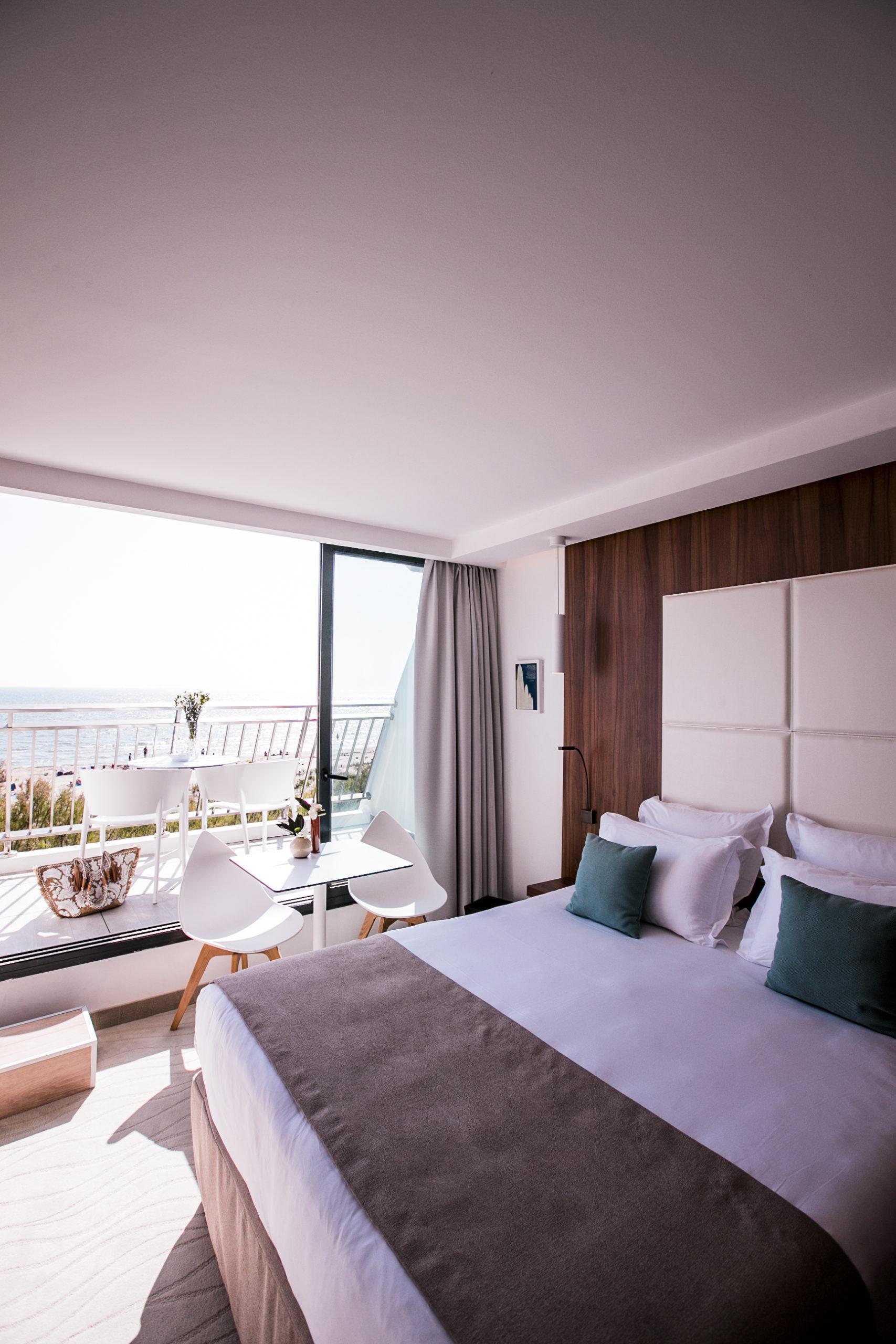 Chambre avec lit double et balcon vue sur la mer, hotel plage méditerranée, Hôtel La Plage.
