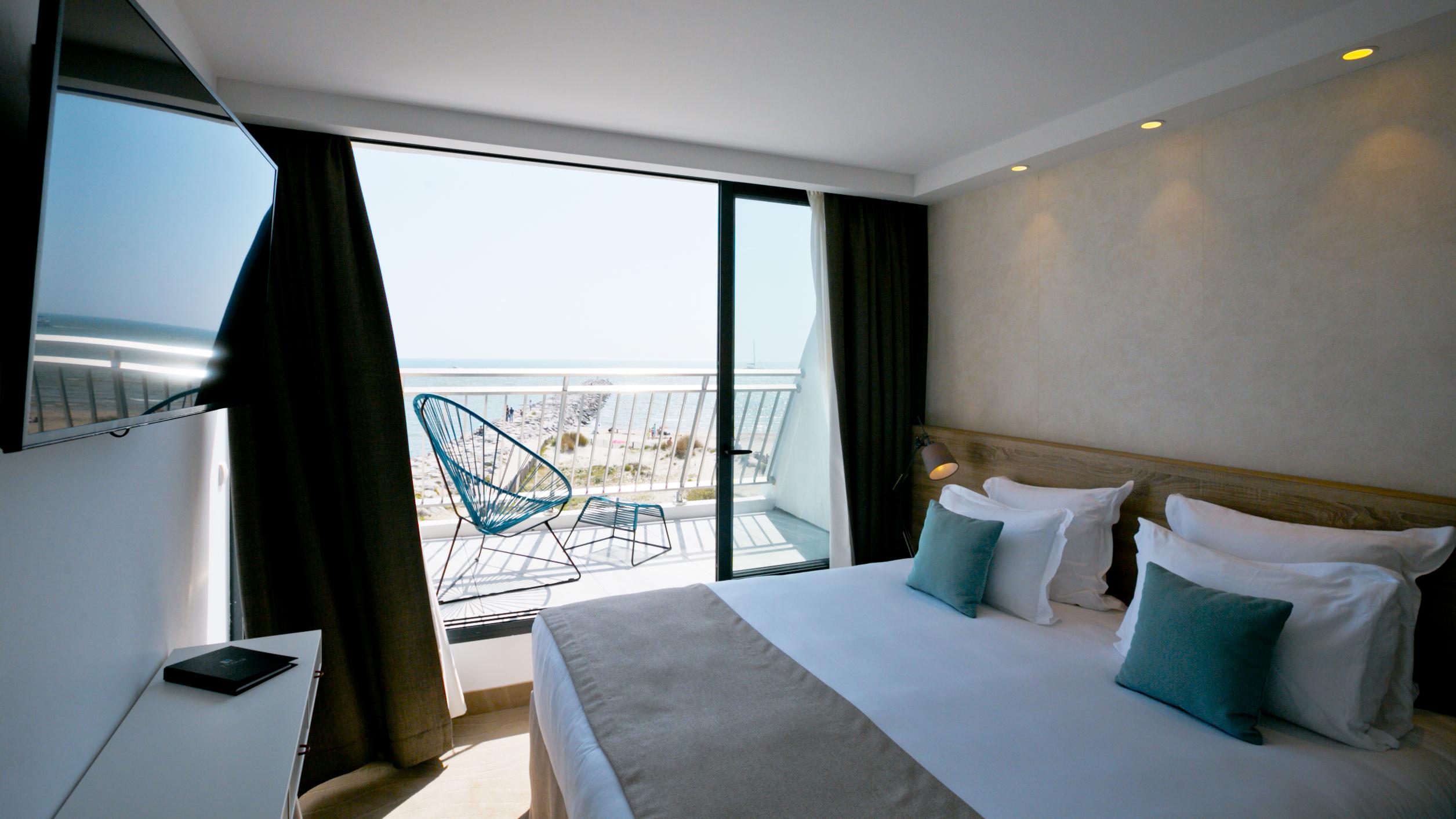 Chambre spacieuse et lumineuse avec blacon vue mer, hotel 5 étoiles la grande motte, Hôtel La Plage.