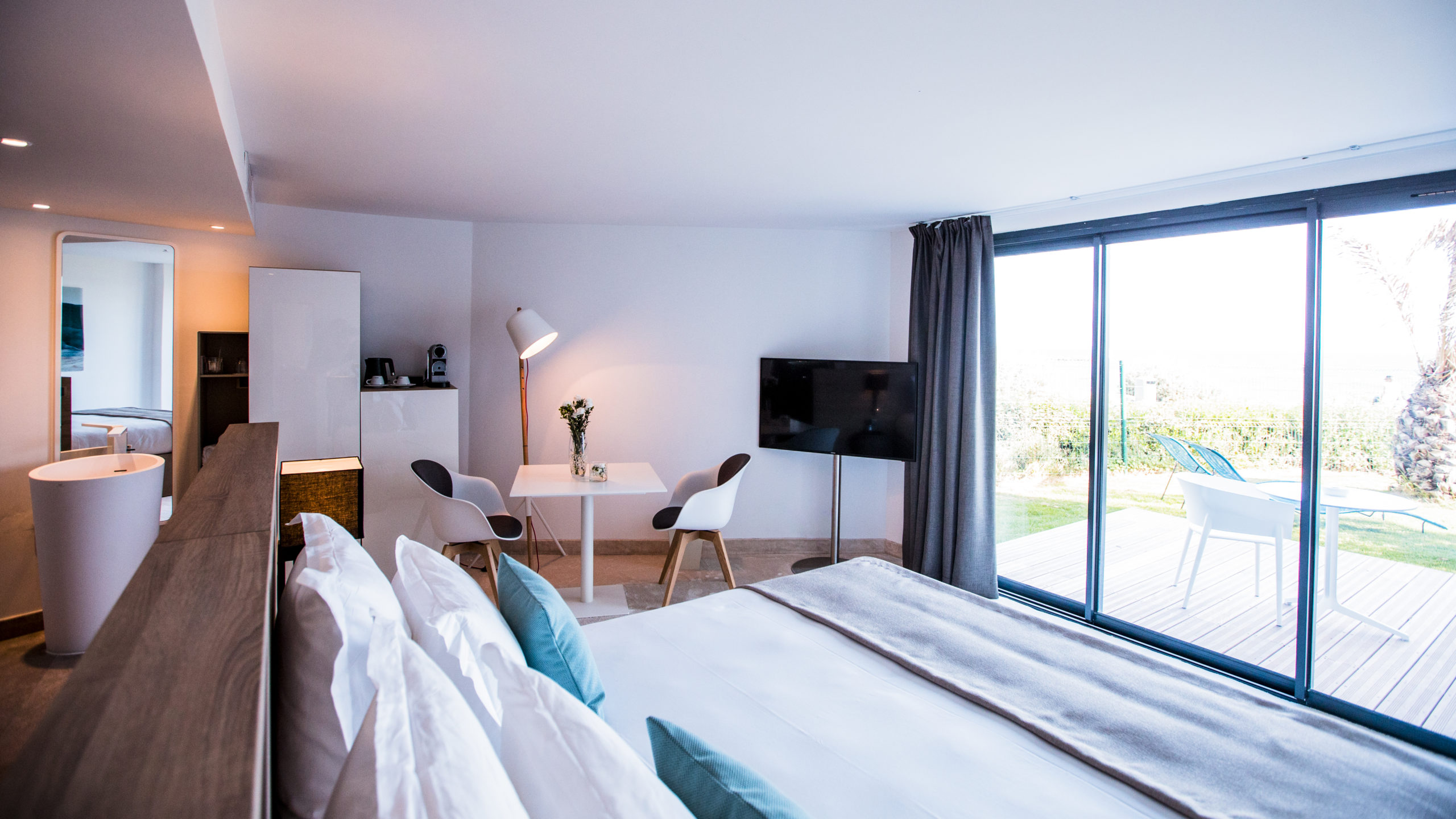 Chambre double confortable et moderne avec terrasse et jardin et privatif , hôtel de charme bord de mer ,Hôtel La Plage.